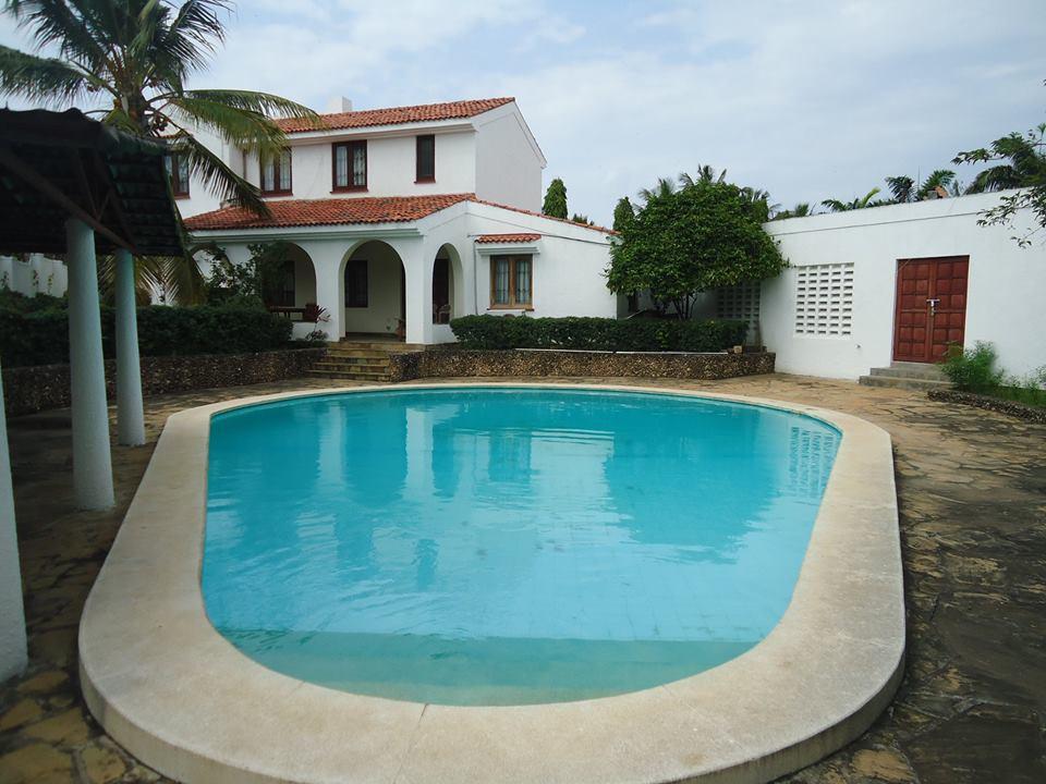 3 maisonnettes on 0.5 plot for sale in Nyali